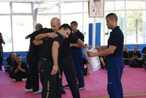 Los valores de humildad y respeto ante los Maestros y los propios compañeros, son una enseñanza fundamental en el Combat Hapkido. En la foto, el GM John Pellegrini, el Maestro Romero Pons, y el Maestro David Rivas.